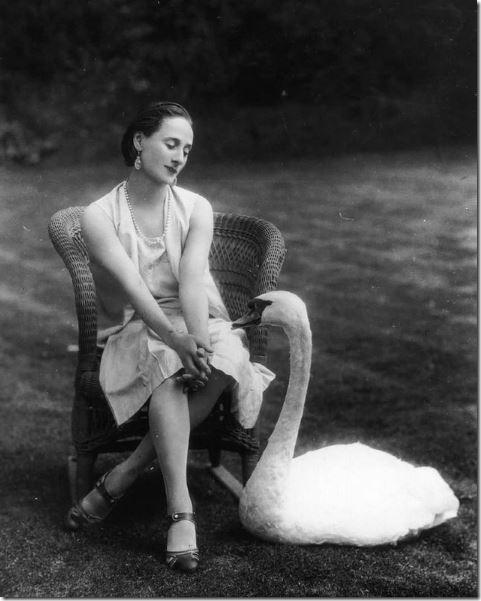 anna-pavlova-and-her-pet-swan-jack.